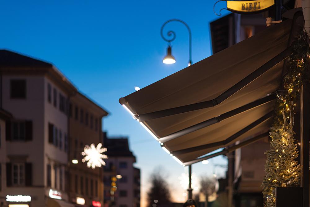 Tenda a bracci estensibili motorizzati T-Way con illuminazione a Led