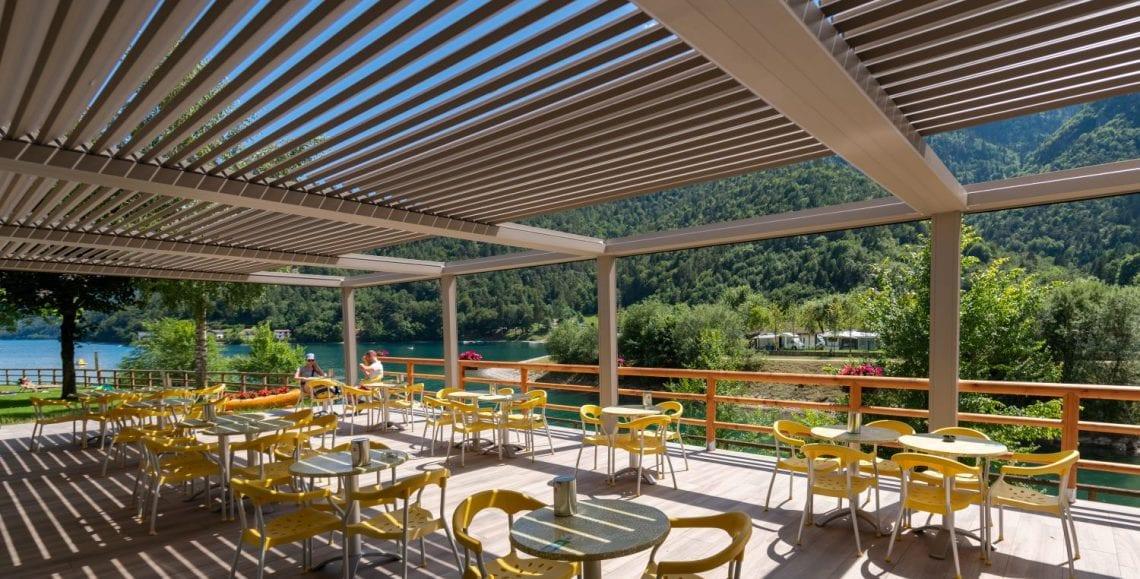 Las pérgolas bioclimáticas de Pratic en el restaurante Green Ice en el Lago de Ledro.