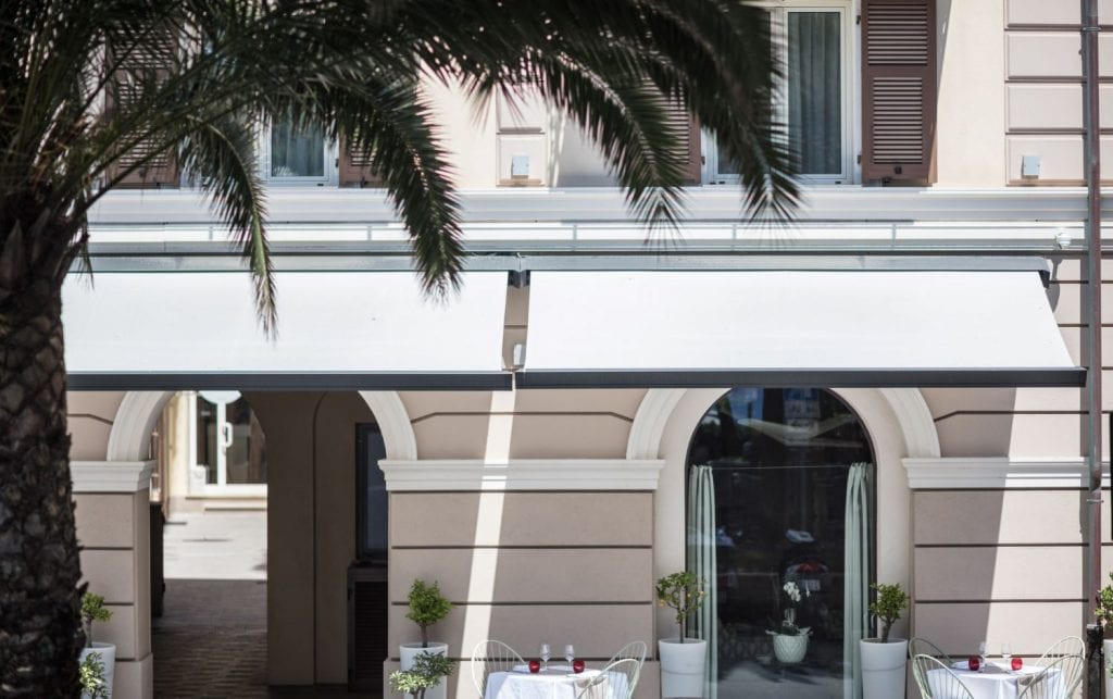 Stores en tissu acrylique installation chez Finale Ligure Italie