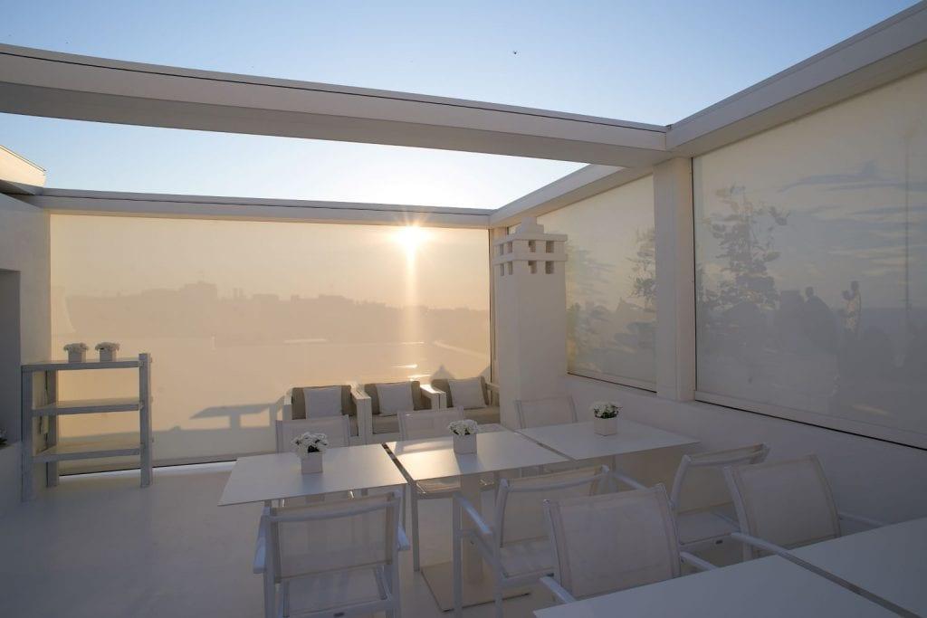 Tenda da sole in tessuto Screen realizzata presso San Michele Suite a Polignano a Mare