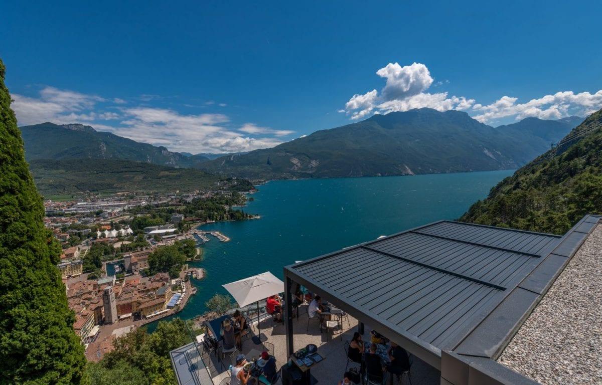 Pergola bioclimatica Brera di Pratic per il Ristorante Bastione Lounge & Restaurant a Riva del Garda