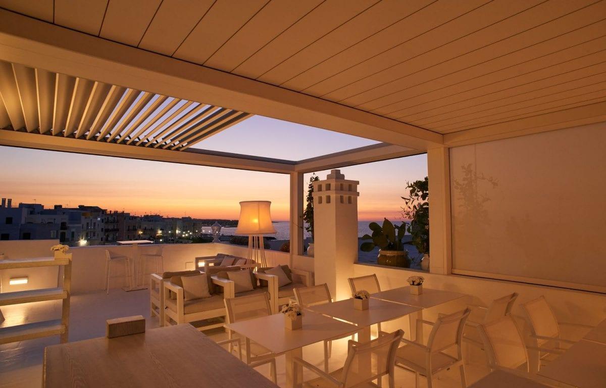Foto terrazzi con copertura bioclimatica grazie all'installazione di Brera con lame retraibili