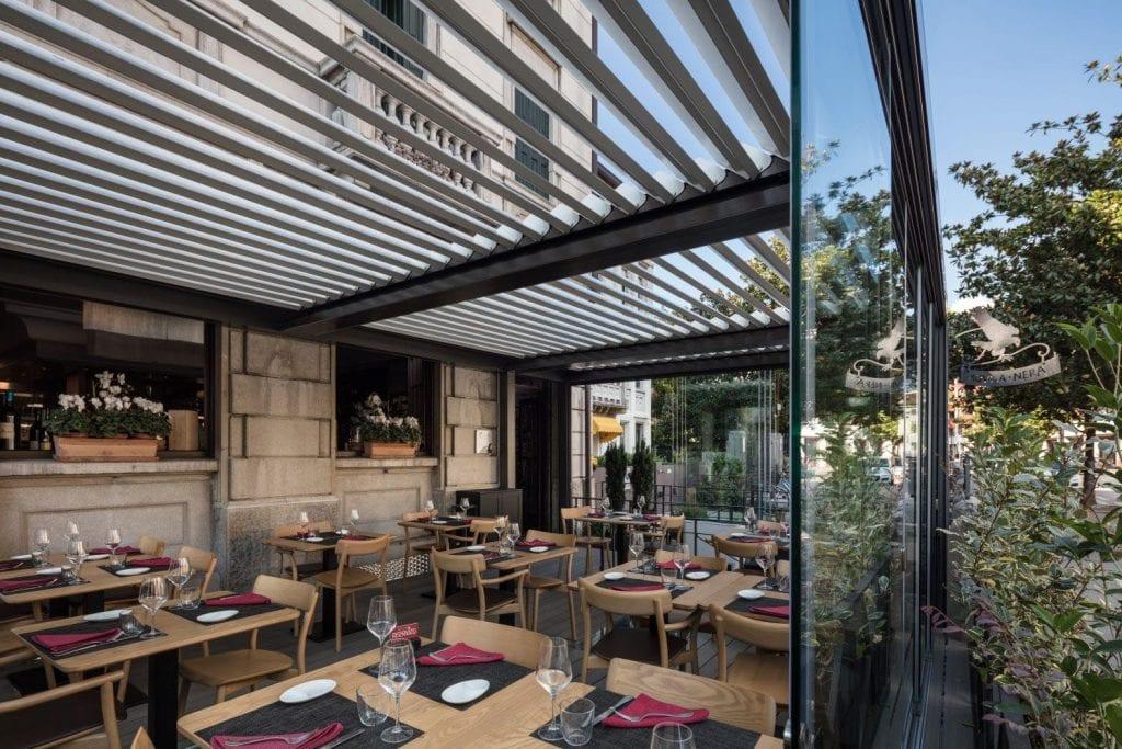 Pérgolas bioclimáticas para proteger los asientos de un bar o restaurante del sol y la lluvia