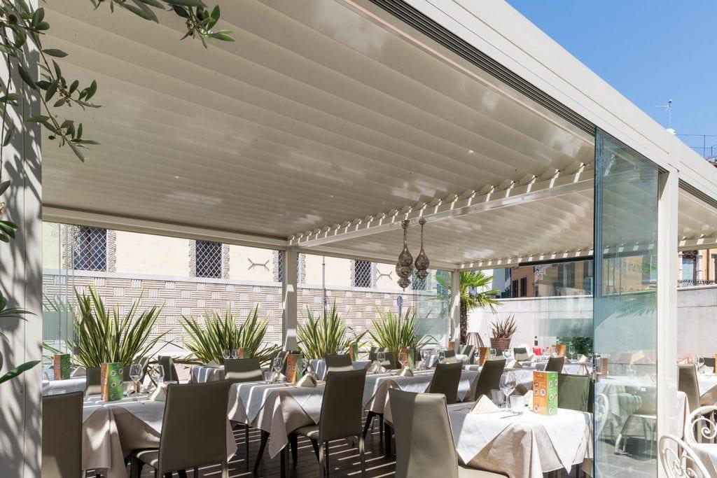 Pergola bioclimatica per riparare dal sole e dalla pioggia i coperti presso un bar o presso un ristorante