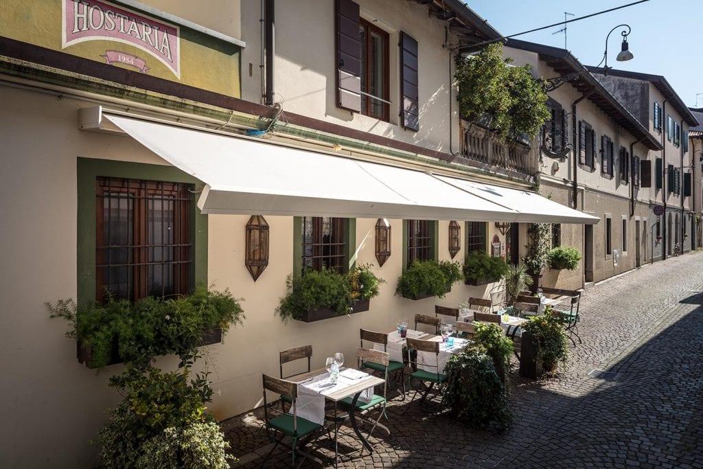 """Tenda da sole motorizzata per il ristorante """"La Tavernetta"""" a Udine"""