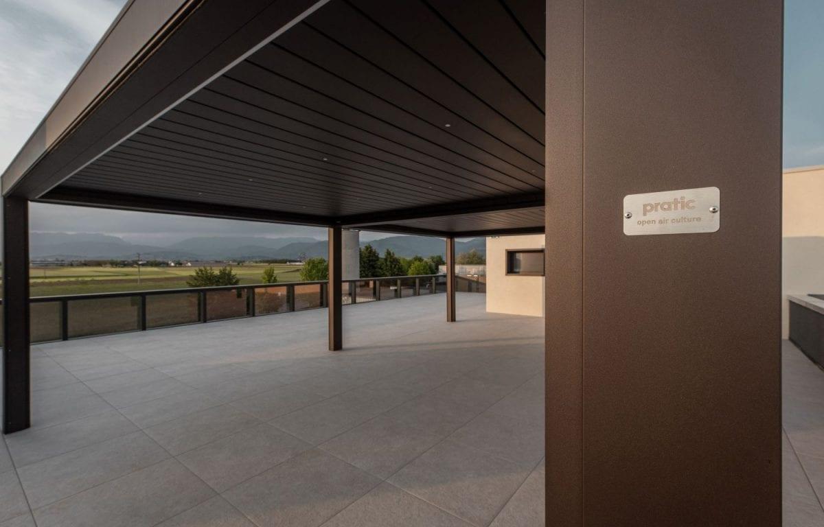 La pergola bioclimatica Opera di Pratic a copertura del terrazzo presso l'azienda friulana Maddalena SpA, per attività di formazione, riunioni, team building, e molto altro.