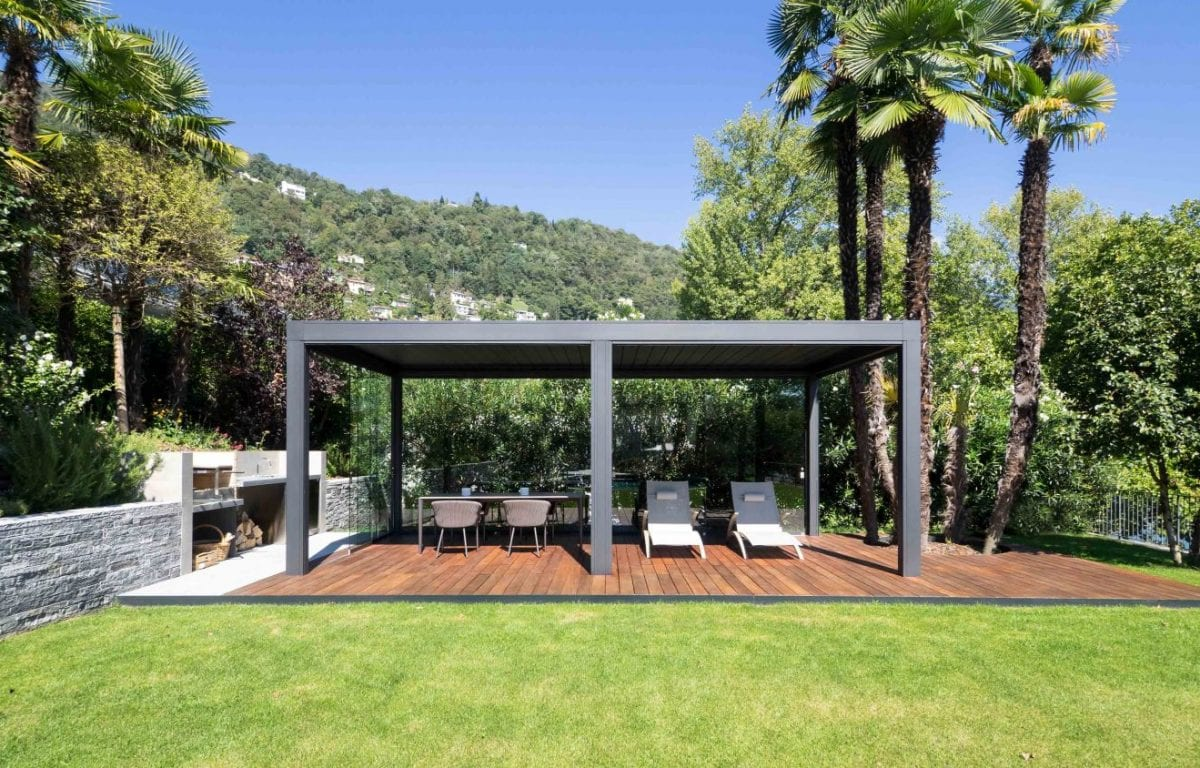 La pergola bioclimatica Opera permette di realizzare un living privato e riparato che affaccia sul Lago di Locarno in Svizzera