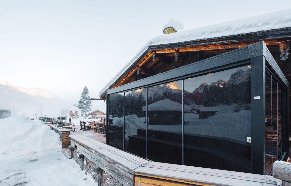 Pergola bioclimatica Brera di Pratic al Ristorante Mondshein di Sappada prolunga la superficie del locale e crea una lounge esclusiva con venti ulteriori coperti.