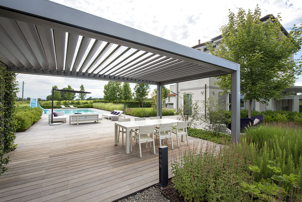 Opera, bioclimatic pergola with adjustable blades with automation system